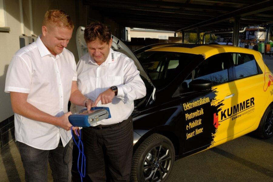 Eine Firma, ein Name und zwei Chefs: Gemeinsam prüfen Chris (links) und Jens Kummer die Motorfunktionen eines ihrer Elektroautos.