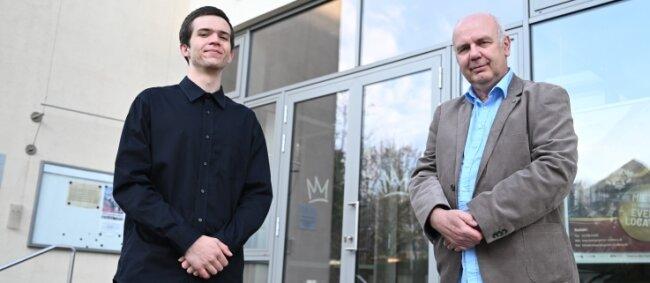 Maximilian Kraeft (l.) vom Carl-von-Bach-Gymnasium Stollberg mit Volker Schneider, Fachleiter für Mathematik/Naturwissenschaften.