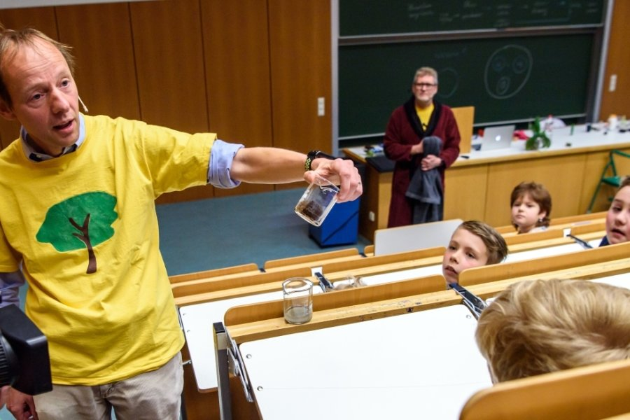Experimente rund ums Wasser führten die Professoren Röbbe Wünschiers und Ralf Hartig (hinten) während der Kinderuni-Vorlesung 2019 an der Hochschule in Mittweida vor.