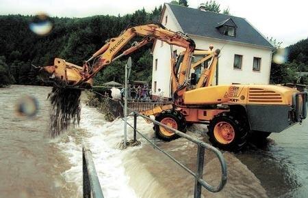 Bei den Aufräumarbeiten, die teilweise mittels schwerer Technik erfolgte, kam der ganze, mit den Wassermassen angechwemmte Unrat zum ersten Mal richtig zum Vorschein. So auch in Scharfenstein.