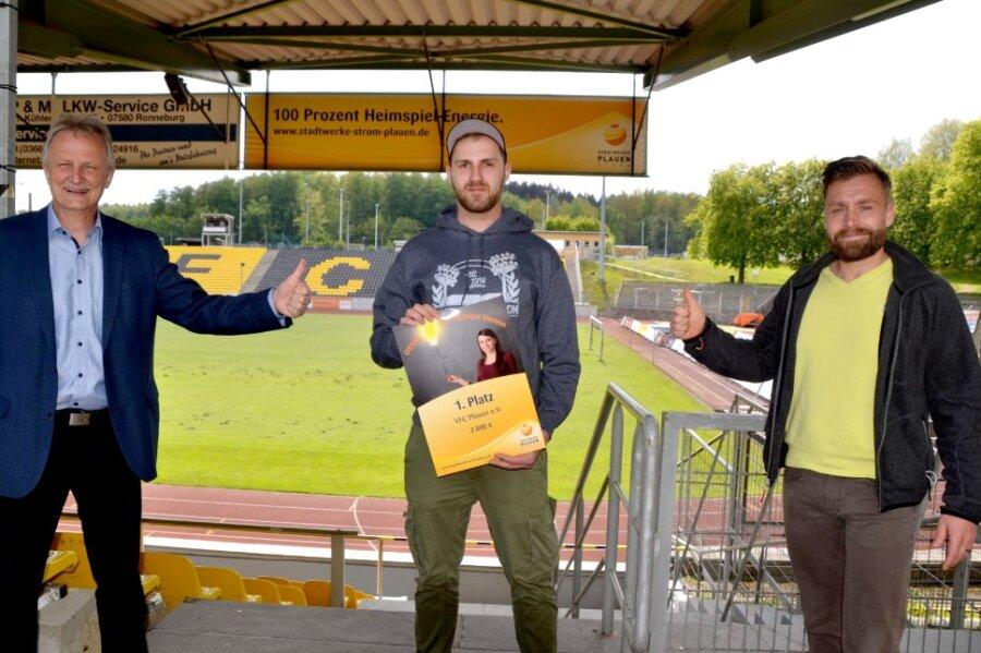 Das Siegerbild (von links): Stadtwerke-Geschäftsführer Peter Kober gratulierte VFC-Ultra Marcus Mosch sowie dem Vereinsvorsitzenden des VFC Plauen, Thomas Fritzlar, zum ersten Platz und dem Preisgeld in Höhe von 2000 Euro.