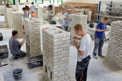 Auch das müssen Maurer-Lehrlinge können: das Fertigen von Schornsteinen. Wie das geht, zeigen Auszubildende des zweiten Lehrjahrs. Für 156 Jugendliche beginnt nächste Woche im Überbetriebliche Ausbildungszentrum in Glauchau ein neuer Lebensabschnitt.