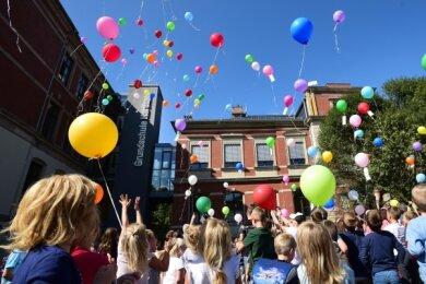 Am Freitag wurde das sanierte Gebäude der Harthauer Grundschule eröffnet. Viele Schüler ließen dazu Luftballons aufsteigen.