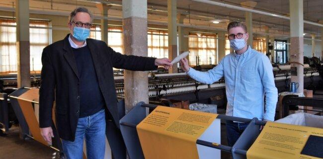 Staffelstabübergabe im Textilmuseum: Oliver Brehm (links) übergibt symbolisch den Staffelstab an Thomas Schmäschke.
