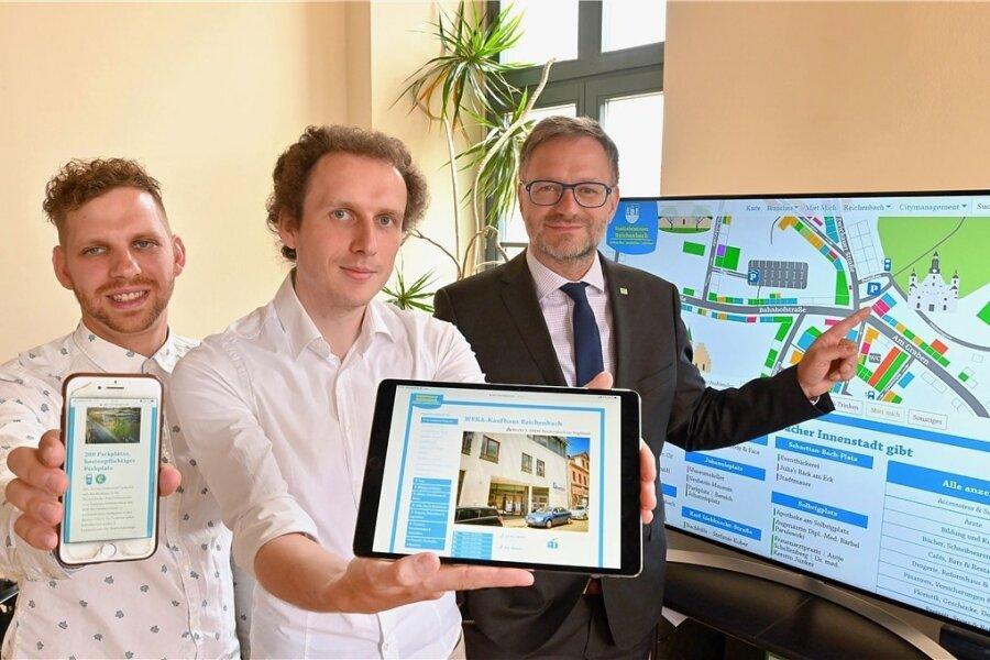 Rund um die 2020 erstellte digitale Innenstadtkarte sollen in diesem Jahr weitere Impulse für Handel und Gewerbe in Reichenbach gesetzt werden. Im Bild (von links) Severin Zähringer und Robert Seidel von der Agentur Realitätsverlust und Oberbürgermeister Raphael Kürzinger.