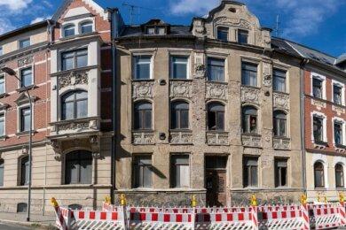 Die Plauensche Straße in Falkenstein: Das Gebäude Nr. 20, Baujahr 1903, ist am davor befindlichen Absperrgitter zu erkennen. Demnächst klafft hier eine Lücke.