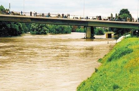 Hochwassertouristen en masse nutzten die Glück-Auf-Brücke als Balkonplatz, um einen Blick auf die muldeabwärts strömenden Wassermassen zu werfen.