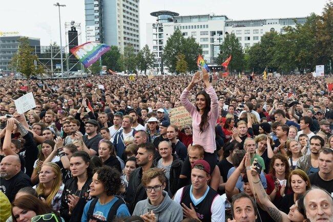 Mehr als vier Stunden lang jubelten gestern Tausende Konzertbesucher den Bands auf der Bühne in der Chemnitzer Innenstadt zu.
