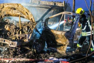 Auf rund 60.000 Euro beziffert die Polizei den Schaden im Falle dieses ausgebrannten Transporters in Schneeberg. Die Polizei konnte die Brandserie einem Mann zuordnen, der mittlerweile verurteilt ist.