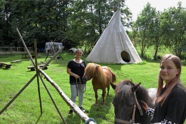 Nadine Obst und Tochter Amy kümmern sich um die Ponys. Nun sollen bald auch wieder Kita-und Grundschulkinder die Tiere füttern, streicheln und auf ihnen ausreiten.