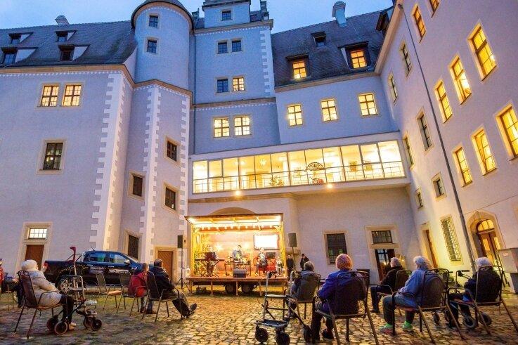 Der Weihnachtsexpress bei seinem Besuch in der Seniorenwohnanlage im Schloss Osterstein in Zwickau.