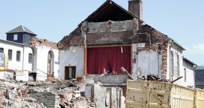 Der Bühnenvorhang war noch geschlossen, als das Volkshaus in Raschau abgerissen wurde. Wie oft er sich in all den Jahren zuvor geöffnet hatte, wird wohl nie gezählt worden sein.