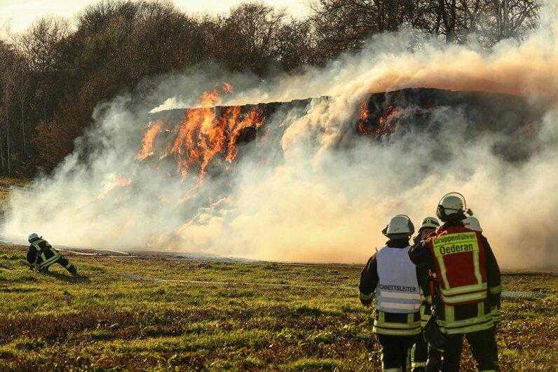 Beim Heuballenbrand in Gahlenz sollen mehr als 40 Einsatzkräfte ausgerückt sein.