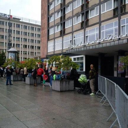 Um 16 Uhr haben sich bereits etwa 30 Bayern-Fans vor dem Hotel versammelt.