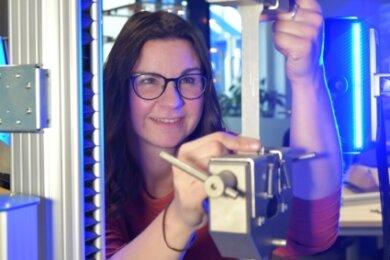 Bei Hegewald und Peschke in Nossen bedient Mitarbeiterin Nadine Grundmann, Ingenieurin für Werkstofftechnik, eine Vorführmaschine und unternimmt einen Zugversuch mit optischer Probenvermessung an einer Metallprobe aus Aluminium.