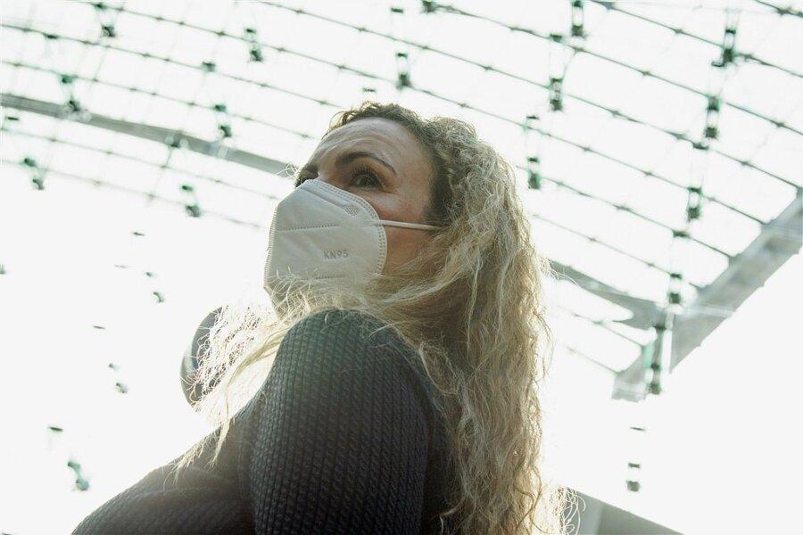 FFP2-Masken schützen - korrekt angelegt - im Vergleich zu Alltagsmasken besser vor dem Coronavirus.