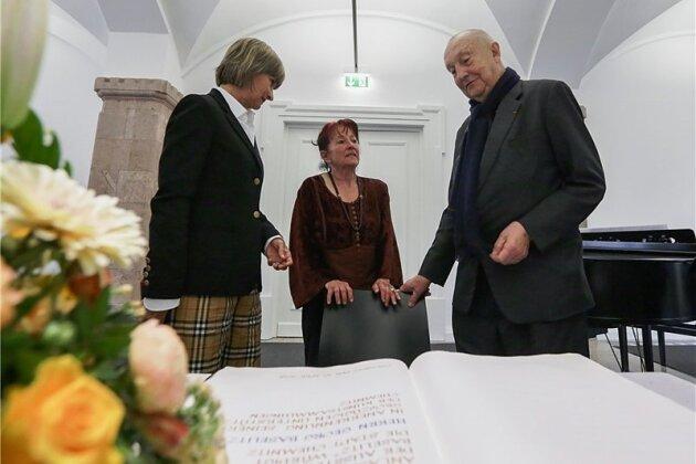 Georg Baselitz will sich ans Goldene Buch setzen, als ihn Dagmar Ranft-Schinke (Mitte) anspricht, er solle sich für eine vor langer Zeit getätigte Aussage entschuldigen. Barbara Ludwig versucht zu schlichten.