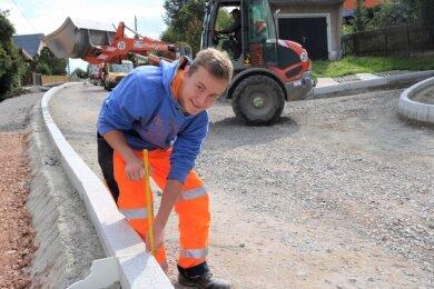 Hannes Brand aus Satzung hat am 1. September bei der Chemnitzer Verkehrsbau Annaberg eine Ausbildung begonnen. Seine ersten Schritte im Berufsleben macht er derzeit auf der Baustelle in Leubsdorf, wo die Hauptstraße grundhaft ausgebaut wird.