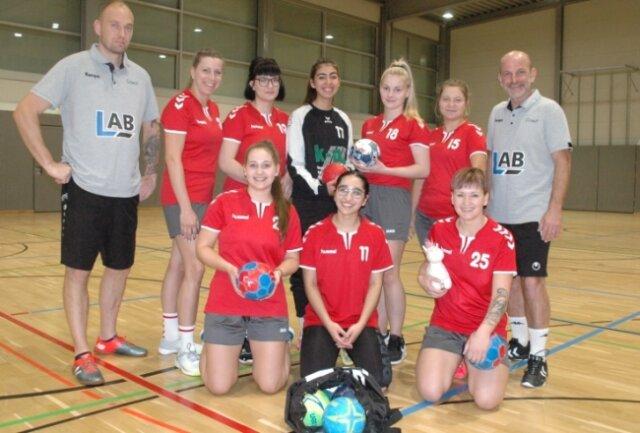 Die Peniger Handballerinnen mit Trainer Markus Nowak (h. r.) führen überraschend die Kreisliga an. Im Sommer stand noch ein Rückzug vom Spielbetrieb im Raum.