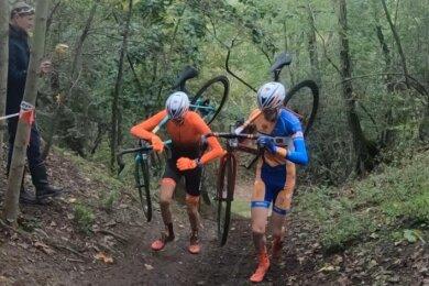 Toni und Pepe Albrecht (l.) meisterten gemeinsam einen Anstieg während des Querfeldein-Rennens im Bornauer Braunkohlegebiet. Am Ende durften die Brüder einen Doppelsieg feiern.