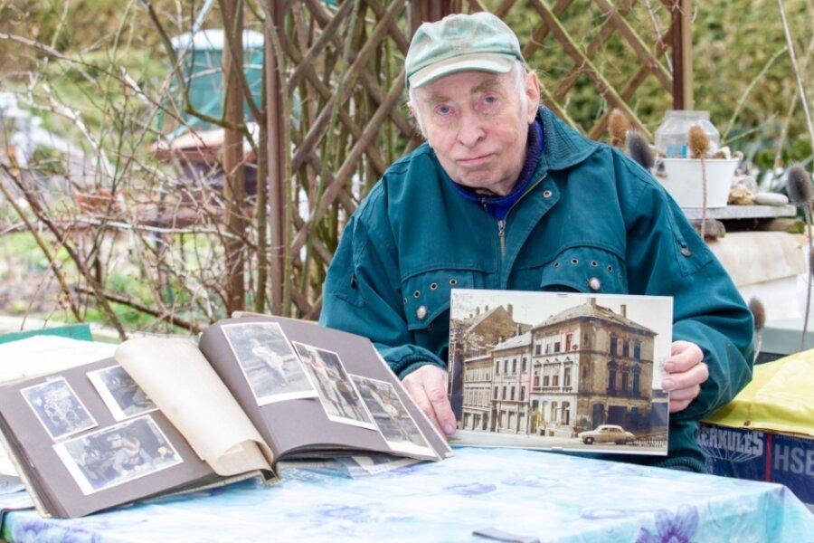 Roland Drechsler zeigt das Eckhaus im Bereich Trockental-/Straßberger Straße, in dem er einst wohnte. Es blieb im Krieg unversehrt.
