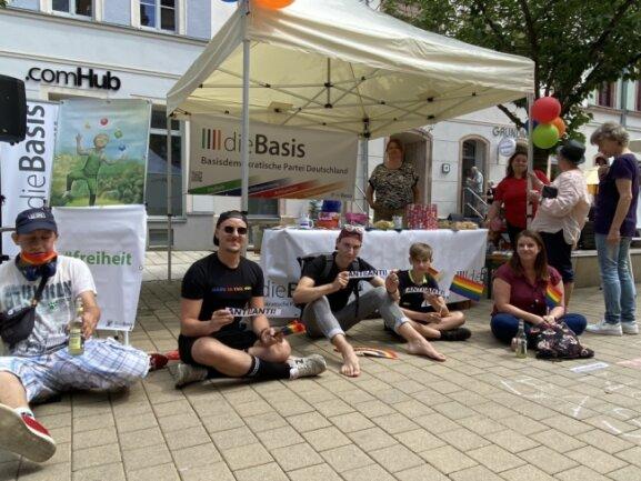 """Vertreter des CSD-Vereins in Chemnitz und Anwohner des Brühls und  protestieren vor einem Stand der Partei """"Die Basis""""."""