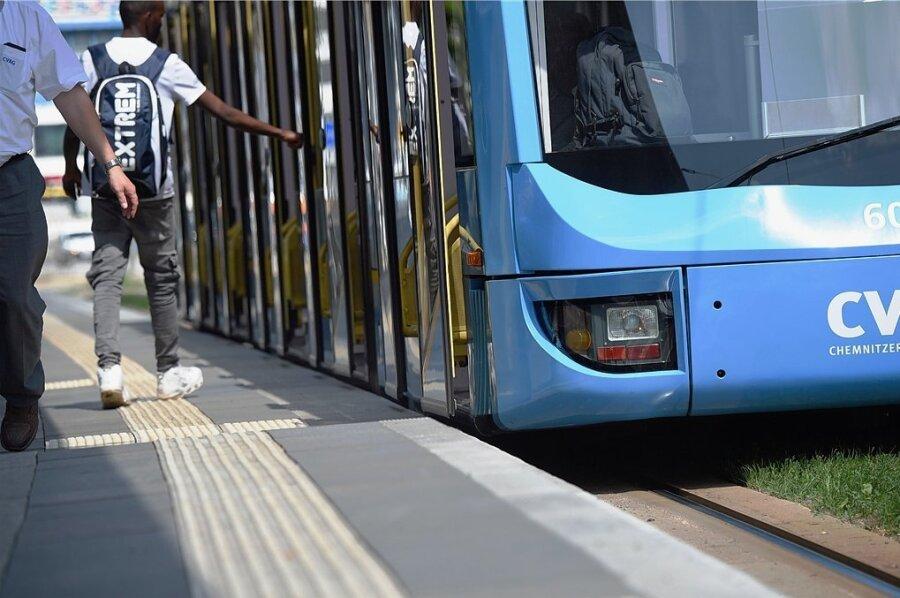 Straßenbahn des Chemnitzer Nahverkehrsbetriebs CVAG an einer Haltestelle.