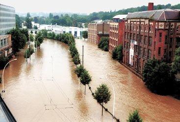 Die Chemnitz überflutete die Annaberger Straße. Links und rechts der Bundesstraße liefen in Wohnhäusern, Geschäften und Betrieben die Keller voll.