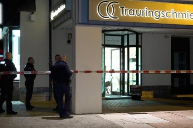 Nachdem am Dienstagabend gegen 18 Uhr der Juwelier überfallen wurde, sperrte die Polizei den Tatort ab.