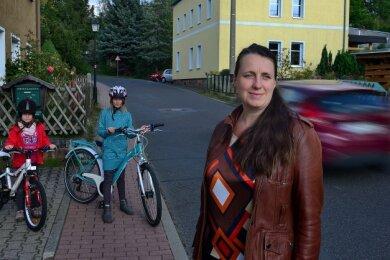 Petra Hahn sorgt sich um die Sicherheit der Kinder an der Straße in Seifersbach.