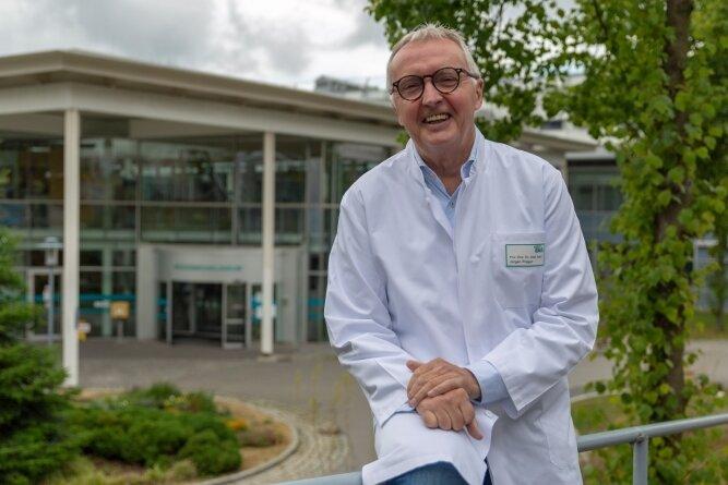 Dr. Jürgen Prager bleibt noch ein bisschen, auch wenn er den Chefarztposten und den des Ärztlichen Direktors am Erzgebirgsklinikum schon an Nachfolger übergeben hat.