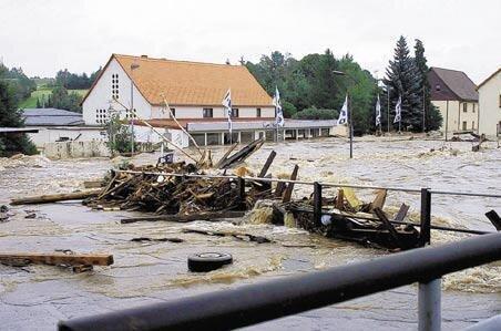 Möbel, Teile von Gartenlauben und Garageninhalte stauten sich bedrohlich an der Kurprinz-Brücke in Großschirma.