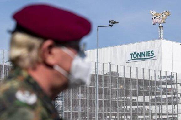 Ein Soldat Bundeswehr vor dem Gebäude der Fleischfabrik Tönnies in Rheda-Wiedenbrück.     Ein Soldat Bundeswehr vor dem Gebäude der Fleischfabrik Tönnies in Rheda-Wiedenbrück.