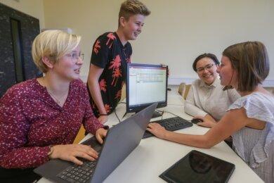Die Zehntklässlerinnen Antonia Poscher, Kilian Kern, Emina Aiche und Nora Schumann (von links) der Oberschule Lichtenau sind fit an Computer und Laptop. Mit Fördergeld sind weitere Investitionen geplant.