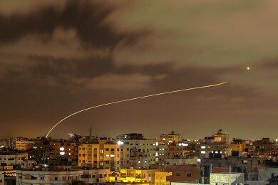 Israels Iron-Dome-Raketenabwehrsystem fängt Raketen ab, die aus dem Gazastreifen in Richtung Israel abgefeuert werden, gesehen vom Gazastreifen aus. Mehr als 3500 Raketen wurden in den vergangenen Tagen auf Israel abgefeuert.