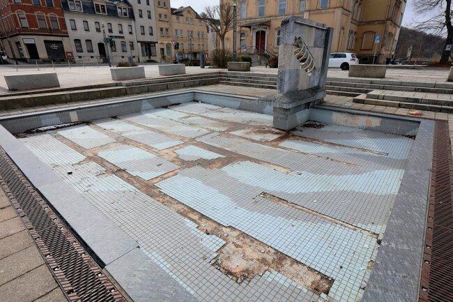 """Der """"De Spinn"""" genannte Springbrunnen auf dem Markt in Wilkau-Haßlau ist schwer beschädigt und seit Jahren trockengelegt."""