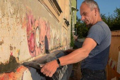 Bautenschutz-Fachmann Norman Hein bei Arbeiten am Mauerwerk zur Trockenlegung des Juzet in der Treuener Friedensstraße.