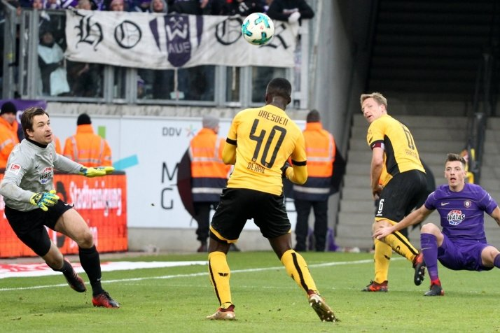 Ohne Mühe legt Dynamos Marco Hartmann (zweiter von rechts) für Erich Berko auf (Nummer 40). Die FCE-Spieler Martin Männel (links) und Nicolai Rapp kommen zu spät.