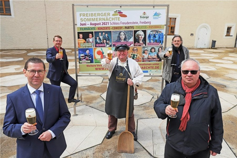 Freuen sich gemeinsam auf die Freiberger Sommernächte: GSM-Geschäftsführer Holger Scheich (von links), Oberbürgermeister Sven Krüger, Braumeister Michel, Ralf-Peter Schulze, Intendant des Mittelsächsischen Theaters, und Thomas Erler, Betriebsleiter des Kinopolis Freiberg.