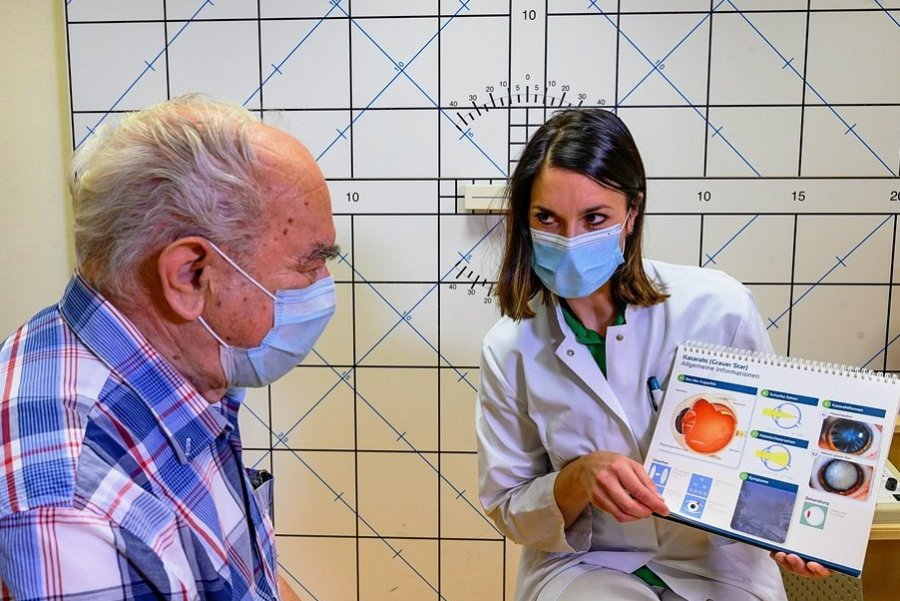 Was passiert da in meinem Auge? Dr. Nancy Diedenhofen von der Augenklinik im Chemnitzer Klinikum erklärt Bernd Fischer den Grauen Star.