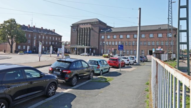 Der Zwickauer Bahnhofsvorplatz ist seiner Umgestaltung einen Schritt näher gekommen. Dennoch wird es noch ein paar Jahre dauern bis die Bauarbeiter anrücken.