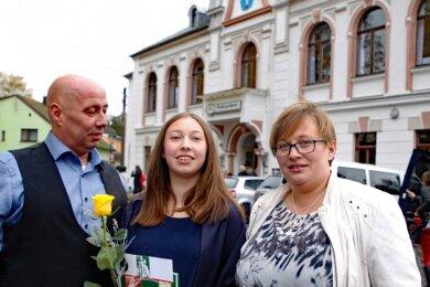 Saskia Lippert feierte am Samstag Jugendweihe. An ihrer Seite ihre Eltern Enrico und Susanne Lippert. Nach monatelanger Sanierung war es die erste Veranstaltung im Mühltroffer Bürgerhaus.