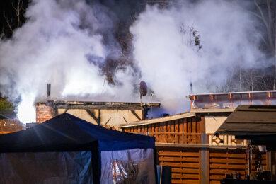 Zu einem Brand ausgerückt sind in der Nacht zum dritten Advent in Niederwürschnitz Feuerwehr und Polizei.