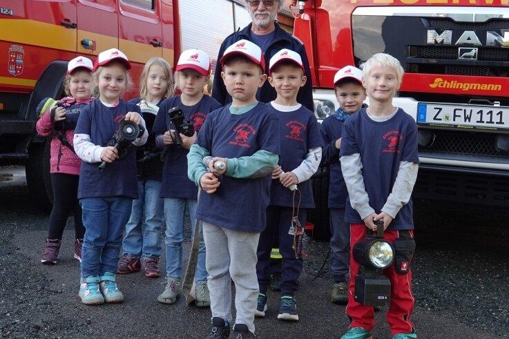 Wolfgang Zindler in seinem Element bei der Arbeit mit Kindern in der Feuerwehr Crossen.