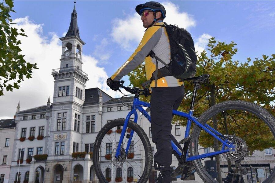 Wohin steuert Oelsnitz bei den Radwegen? Zsolt Kovács, Mitarbeiter im Oelsnitzer Fahrradgeschäft Pro Bike, vor dem Rathaus.