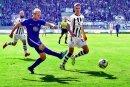 16. September 2018: Jan Hochscheidt kommt vor St. Paulis Johannes Flum (rechts) zum Schuss, trifft zum 3:1 und sichert dem FC Erzgebirge Aue den ersten Saisonsieg.