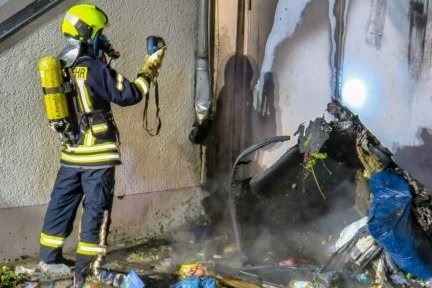 Am Morgen des 4. Oktobers begann die Brandserie in Schneeberg. An einem Gebäude an der Bruno-Dost-Straße nahe der Karl-Liebknecht-Straße war ein Müllcontainer in Feuer geraten.