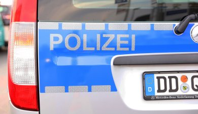 Unbekannte sind am Dienstag in eine Paterrewohnung eines Mehrfamilienhauses in Zwickau eingedrungen.
