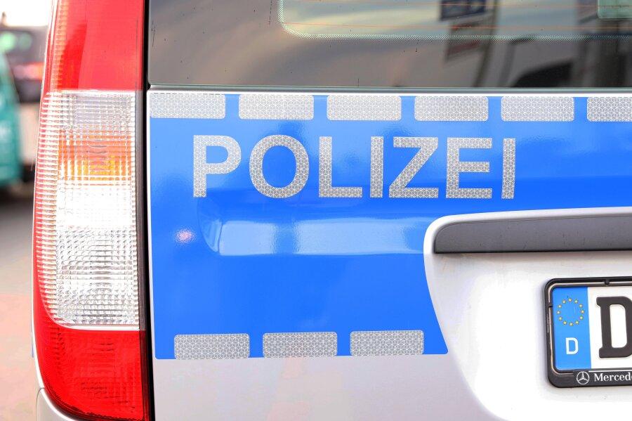 Ein 27-Jähriger ist in der Nacht zu Sonntag in Crimmitschau in ein fremdes Auto eingestiegen und damit rückwärts gegen eine massive Säule gefahren.