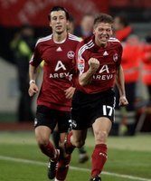 Nürnbergs Mike Frantz (r.) bejubelt sein Tor zum 2:0 gegen Rostock